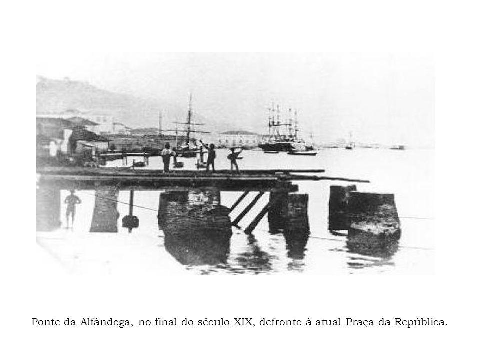 Ponte da Alfândega, no final do século XIX, defronte à atual Praça da República.