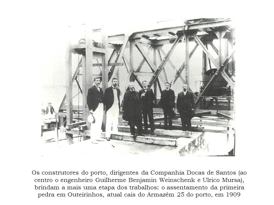 Os construtores do porto, dirigentes da Companhia Docas de Santos (ao centro o engenheiro Guilherme Benjamin Weinschenk e Ulrico Mursa), brindam a mai