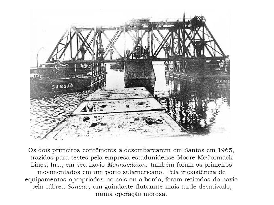 Os dois primeiros contêineres a desembarcarem em Santos em 1965, trazidos para testes pela empresa estadunidense Moore McCormack Lines, Inc., em seu n
