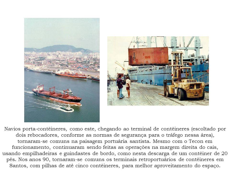Navios porta-contêineres, como este, chegando ao terminal de contêineres (escoltado por dois rebocadores, conforme as normas de segurança para o tráfego nessa área), tornaram-se comuns na paisagem portuária santista.