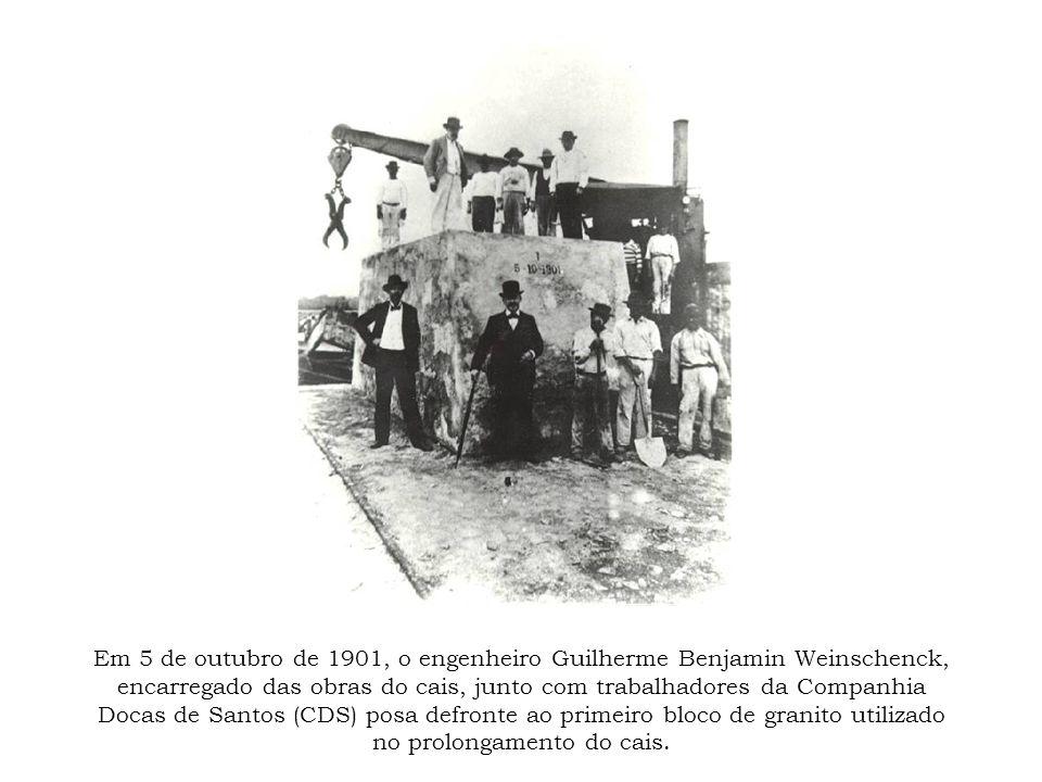 Em 5 de outubro de 1901, o engenheiro Guilherme Benjamin Weinschenck, encarregado das obras do cais, junto com trabalhadores da Companhia Docas de San