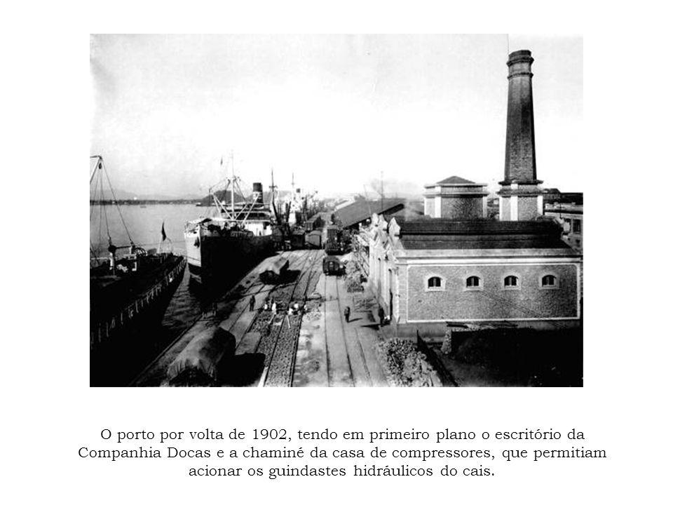 O porto por volta de 1902, tendo em primeiro plano o escritório da Companhia Docas e a chaminé da casa de compressores, que permitiam acionar os guind
