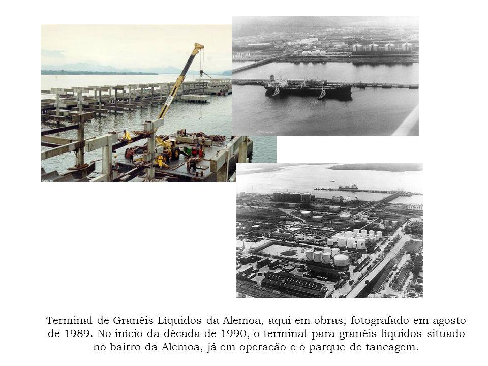 Terminal de Granéis Líquidos da Alemoa, aqui em obras, fotografado em agosto de 1989. No início da década de 1990, o terminal para granéis líquidos si