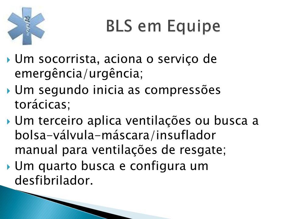 BLS em Equipe BLS em Equipe Um socorrista, aciona o serviço de emergência/urgência; Um segundo inicia as compressões torácicas; Um terceiro aplica ven