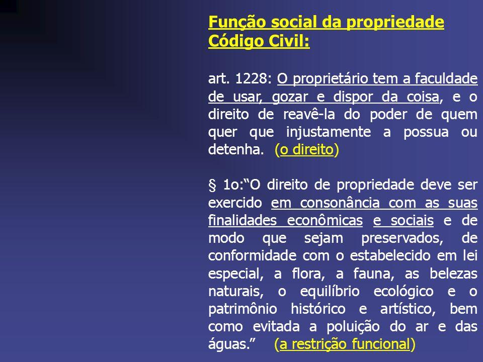 Função social da propriedade Código Civil: art. 1228: O proprietário tem a faculdade de usar, gozar e dispor da coisa, e o direito de reavê-la do pode