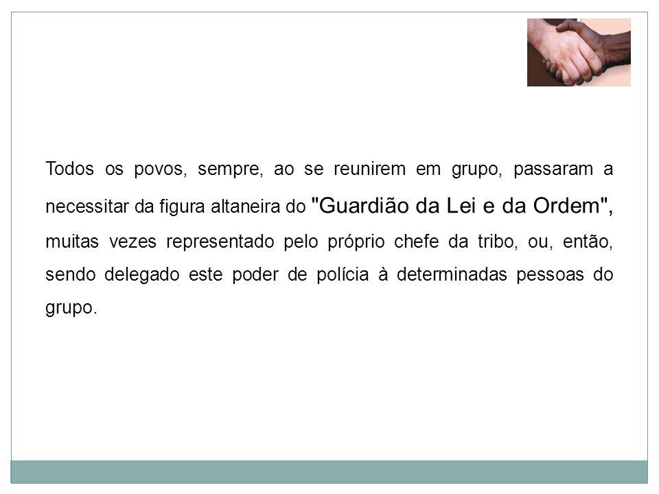 BREVE HISTÓRICO NO BRASIL Em 13 de maio de 1809, foi criada a Divisão Militar da Guarda Real de Polícia, embrião da Guarda Municipal do Rio de Janeiro, sua missão era de policiar a cidade em tempo integral, tornando-a desde o início mais eficaz que os antigos Quadrilheiros , que eram os defensores, normalmente escolhidos pela autoridade local das vilas no Brasil Colônia, entre civis de ilibada conduta e de comprovada lealdade à coroa portuguesa.13 de maio1809Guarda Municipal do Rio de JaneiroBrasil Colônia