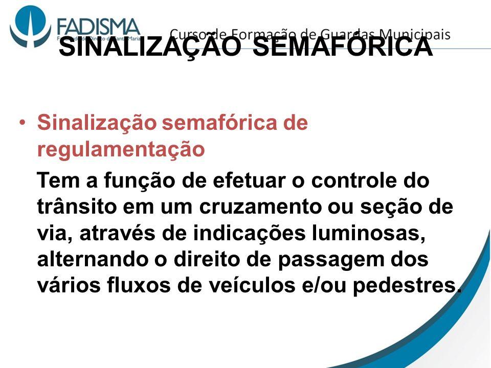 SINALIZAÇÃO SEMAFÓRICA Sinalização semafórica de regulamentação Tem a função de efetuar o controle do trânsito em um cruzamento ou seção de via, atrav