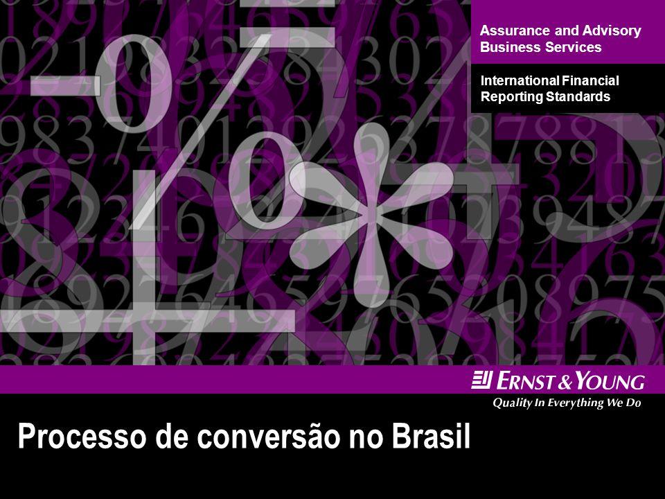 11 Processo de conversão no Brasil Seguindo a tendência de muitos países, o Brasil decidiu-se por adotar o conjunto de normas IFRS: Conjunto de normas baseadas em princípios, em vez de regras; Em 2007, adotado por cerca de 100 países; A SEC cogita aceitar DCs em IFRS, sem reconciliação, a partir de 2009, talvez 2008 (projeto de convergência avançando); O IASB, órgão emissor das IFRS, é independente.