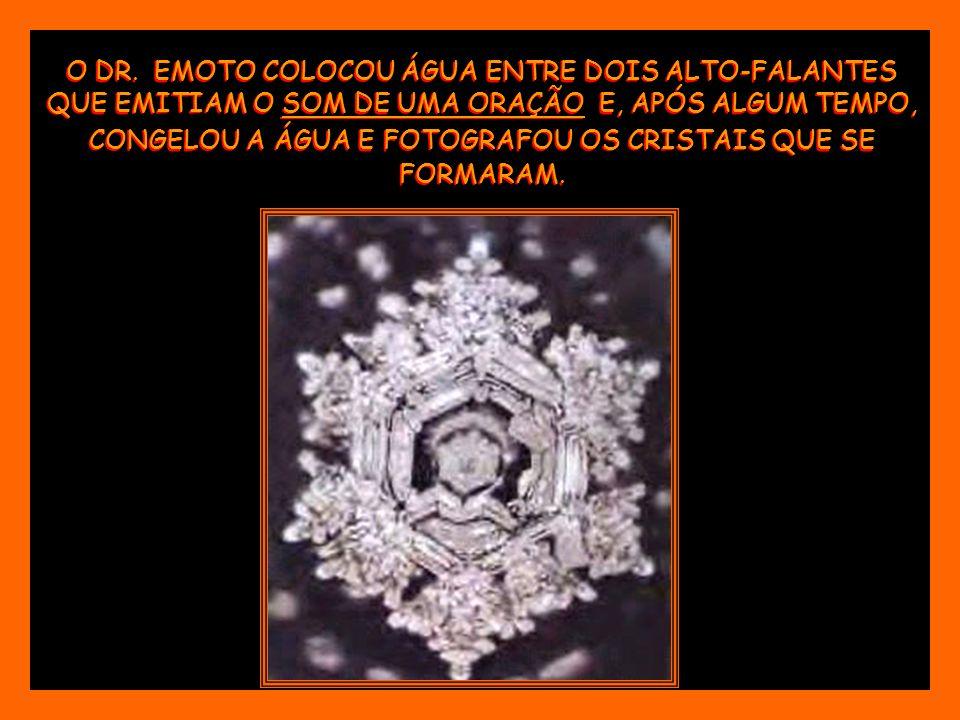 O DR. EMOTO COLOCOU ÁGUA ENTRE DOIS ALTO-FALANTES QUE EMITIAM O SOM DE UMA ORAÇÃO E, APÓS ALGUM TEMPO, CONGELOU A ÁGUA E FOTOGRAFOU OS CRISTAIS QUE SE