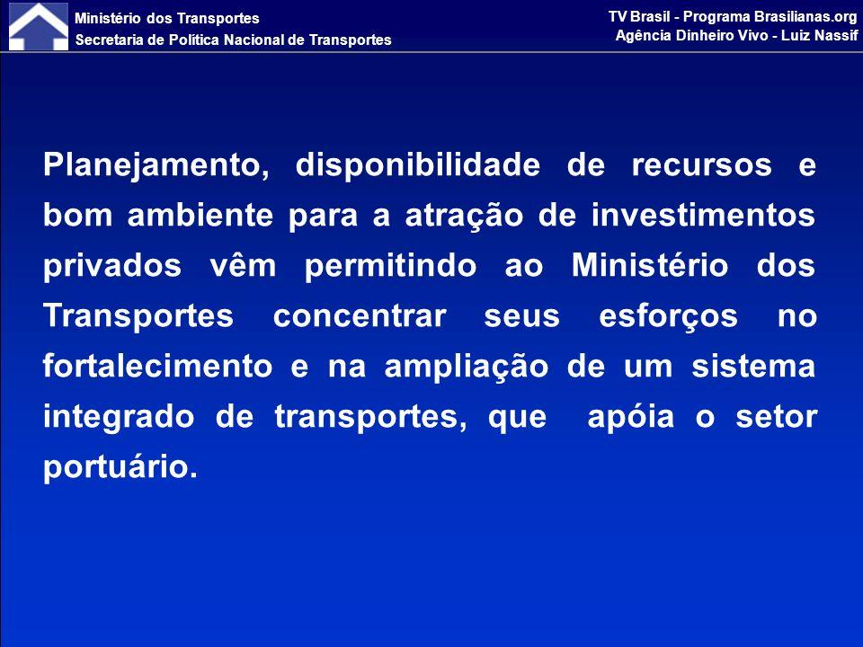 Ministério dos Transportes Secretaria de Política Nacional de Transportes TV Brasil - Programa Brasilianas.org Agência Dinheiro Vivo - Luiz Nassif A visão do PNLT para o Setor Portuário A multimodalidade e o equilíbrio da matriz de transportes pressupõem importante papel para os portos, daí o PNLT considerar: Os portos são elo natural para escoamento da produção Atendimento aos fluxos de exportação Distribuição nacional, com o aumento da navegação de cabotagem constatado nas simulações efetuadas.