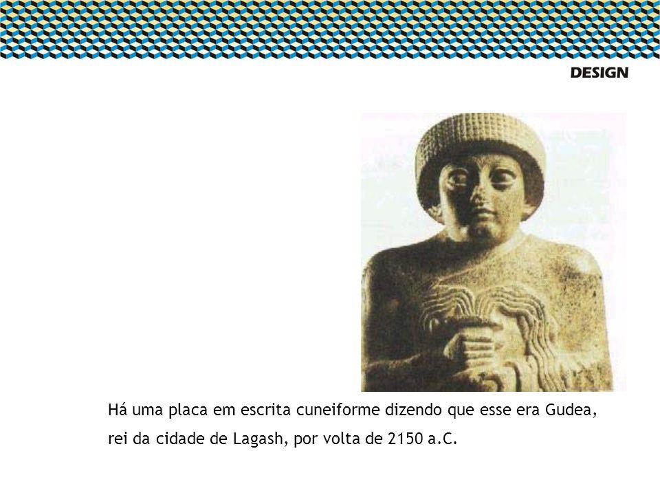 Há uma placa em escrita cuneiforme dizendo que esse era Gudea, rei da cidade de Lagash, por volta de 2150 a.C.