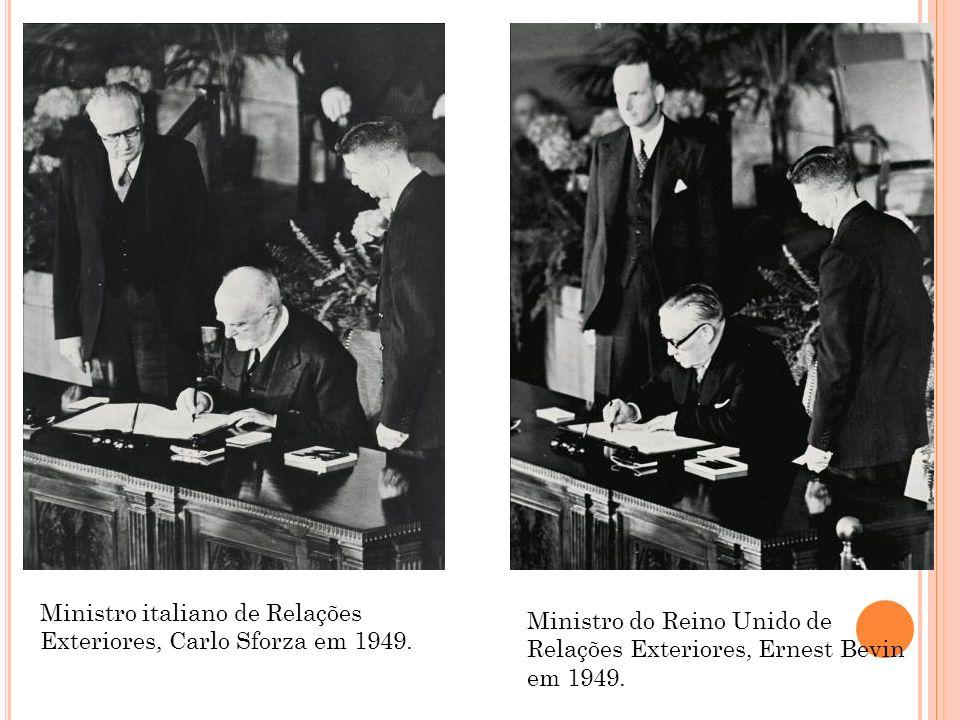 Ministro italiano de Relações Exteriores, Carlo Sforza em 1949. Ministro do Reino Unido de Relações Exteriores, Ernest Bevin em 1949.