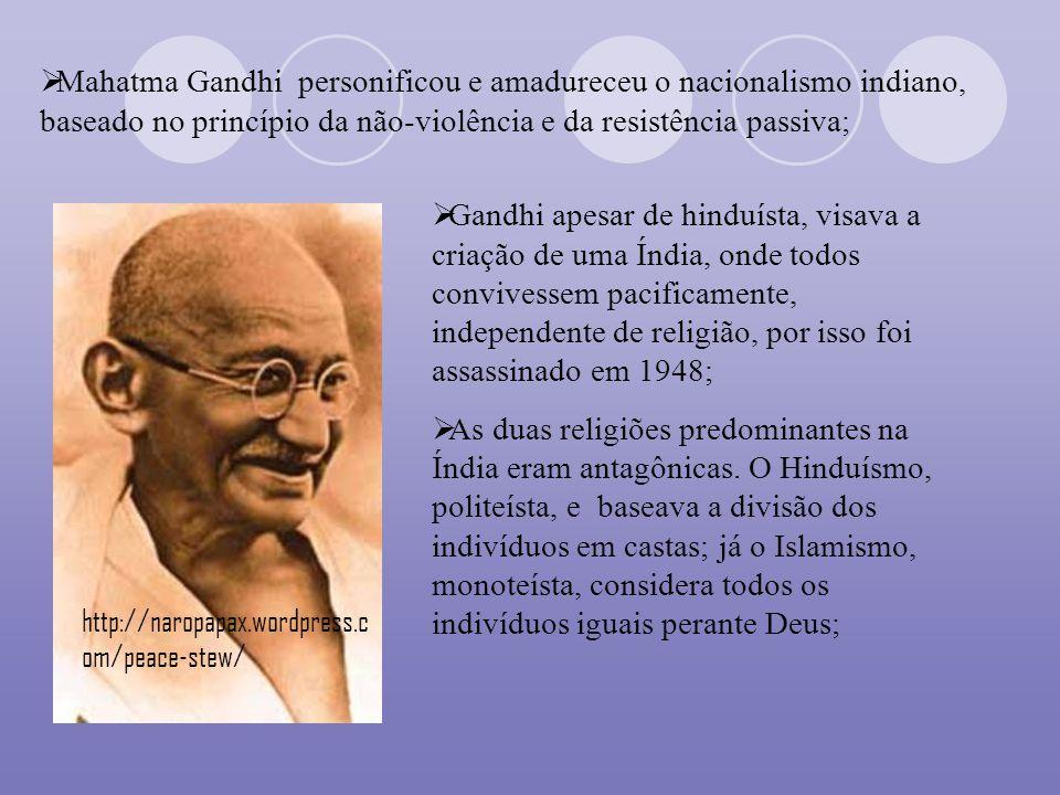 Mahatma Gandhi personificou e amadureceu o nacionalismo indiano, baseado no princípio da não-violência e da resistência passiva; Gandhi apesar de hind