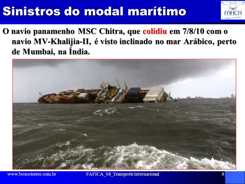 Sinistros do modal marítimo O navio panamenho MSC Chitra, que colidiu em 7/8/10 com o navio MV-Khalijia-II, é visto inclinado no mar Arábico, perto de