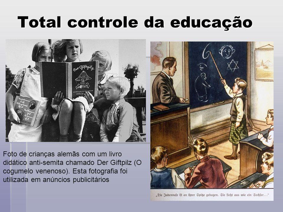 Total controle da educação Foto de crianças alemãs com um livro didático anti-semita chamado Der Giftpilz (O cogumelo venenoso). Esta fotografia foi u
