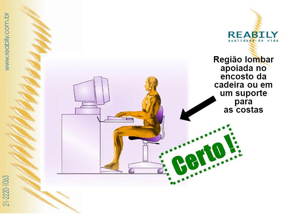 Região lombar apoiada no encosto da cadeira ou em um suporte para as costas