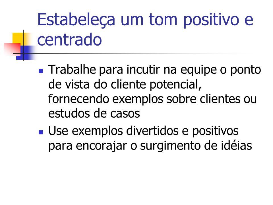 Estabeleça um tom positivo e centrado Trabalhe para incutir na equipe o ponto de vista do cliente potencial, fornecendo exemplos sobre clientes ou est