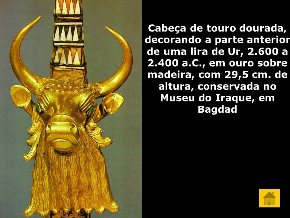 Cabeça de touro dourada, decorando a parte anterior de uma lira de Ur, 2.600 a 2.400 a.C., em ouro sobre madeira, com 29,5 cm. de altura, conservada n