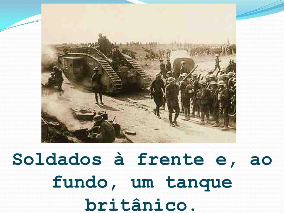 Soldados à frente e, ao fundo, um tanque britânico.