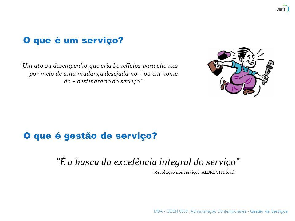 O que é um serviço? Um ato ou desempenho que cria benefícios para clientes por meio de uma mudança desejada no – ou em nome do – destinatário do servi