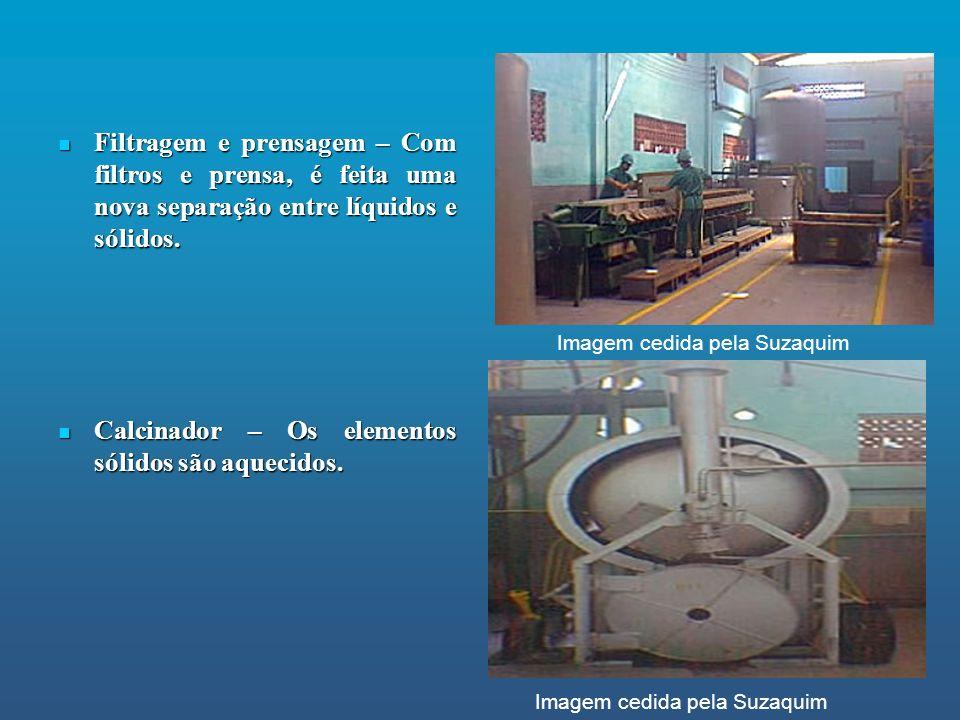 Filtragem e prensagem – Com filtros e prensa, é feita uma nova separação entre líquidos e sólidos. Filtragem e prensagem – Com filtros e prensa, é fei