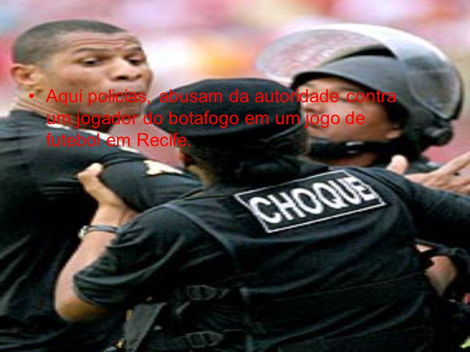 Aqui policias, abusam da autoridade contra um jogador do botafogo em um jogo de futebol em Recife.