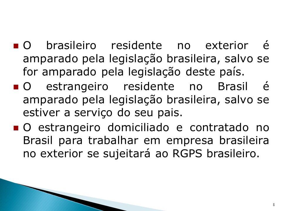 O brasileiro residente no exterior é amparado pela legislação brasileira, salvo se for amparado pela legislação deste país. O estrangeiro residente no
