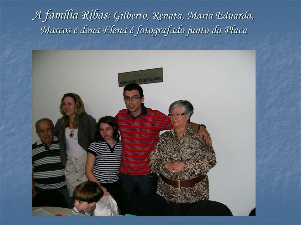 A família Ribas : Gilberto, Renata, Maria Eduarda, Marcos e dona Elena é fotografado junto da Placa