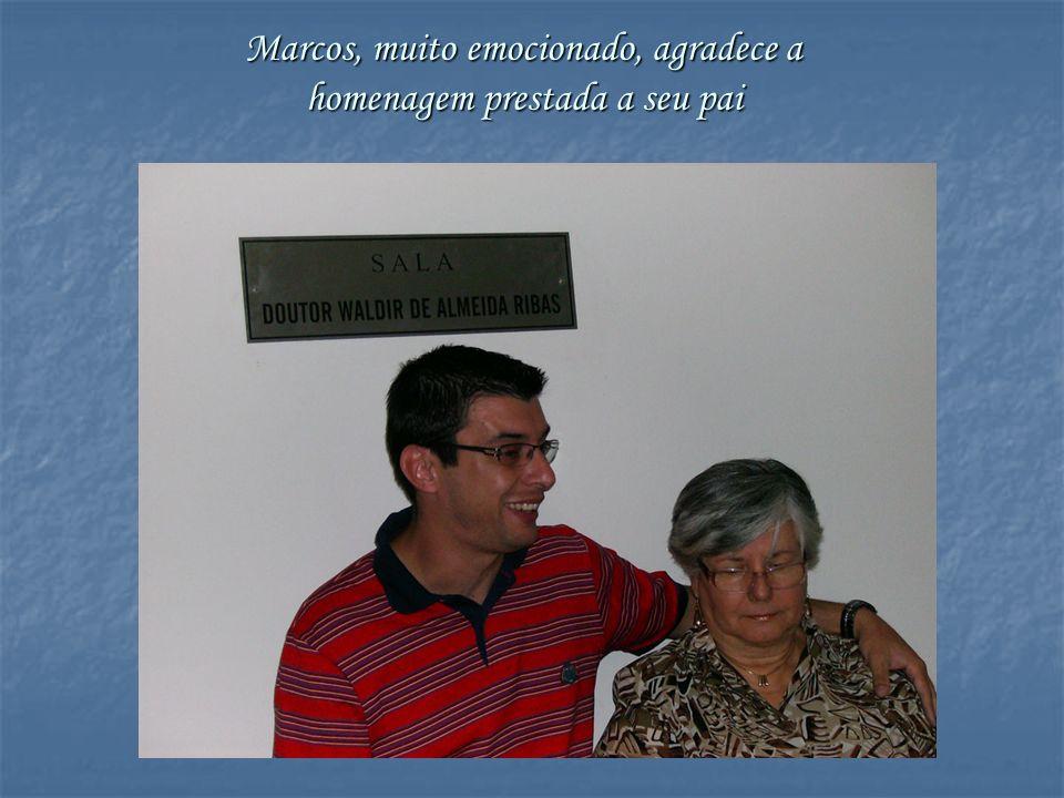 Marcos, muito emocionado, agradece a homenagem prestada a seu pai