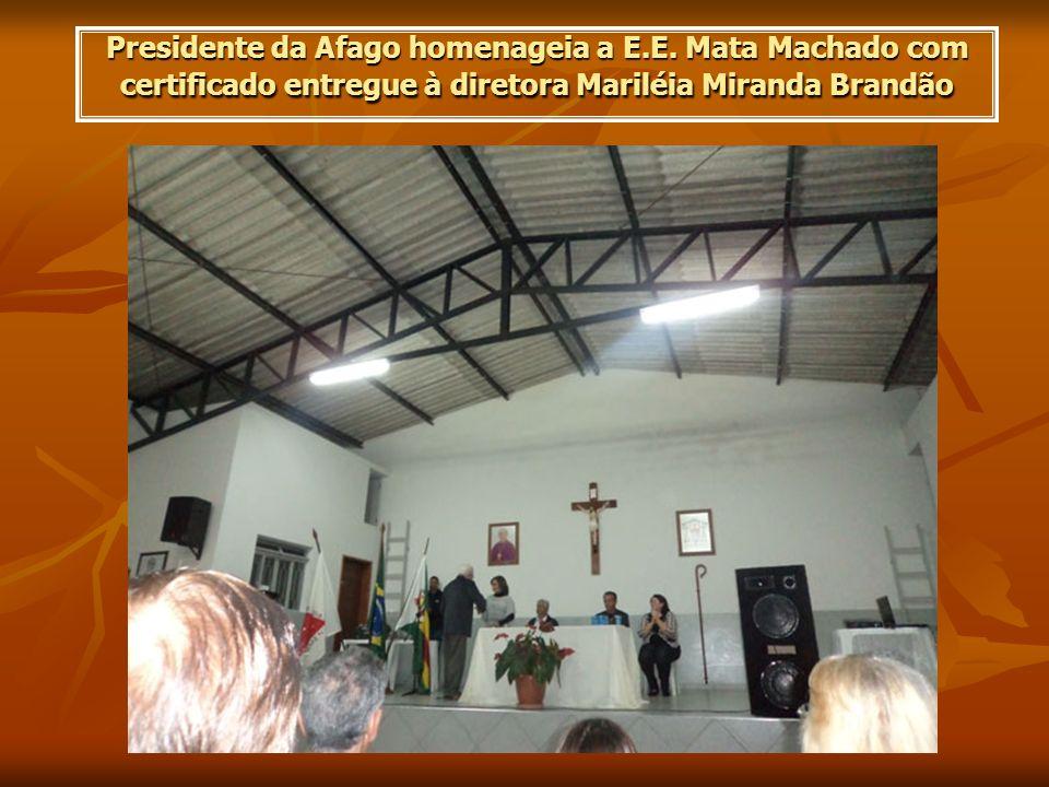 Presidente da Afago homenageia a E.E. Mata Machado com certificado entregue à diretora Mariléia Miranda Brandão