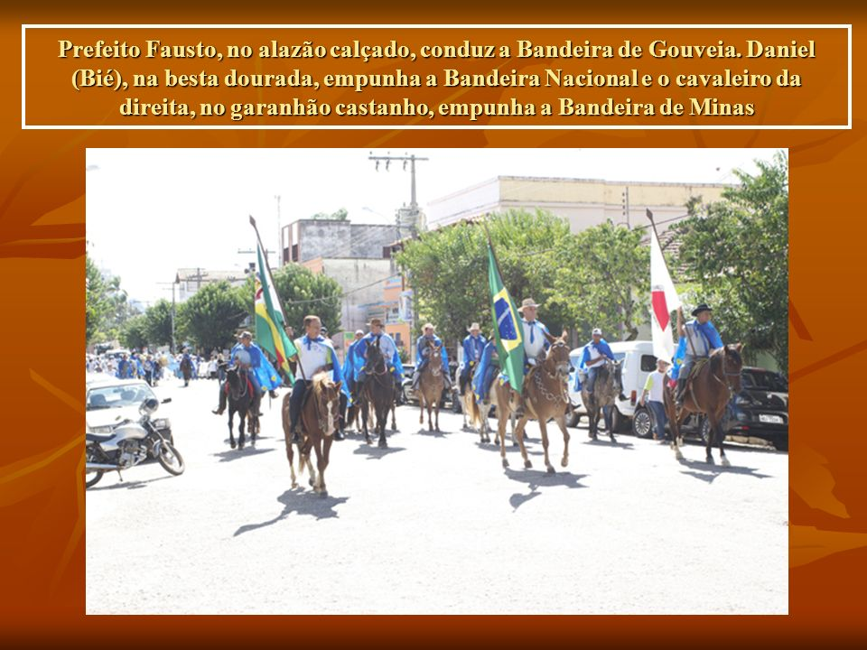 Prefeito Fausto, no alazão calçado, conduz a Bandeira de Gouveia.