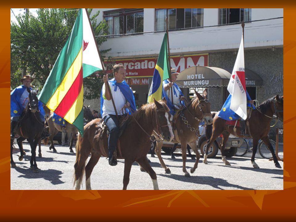 Antônio Ribas, no bonito branco, conduz a Bandeira da APAE