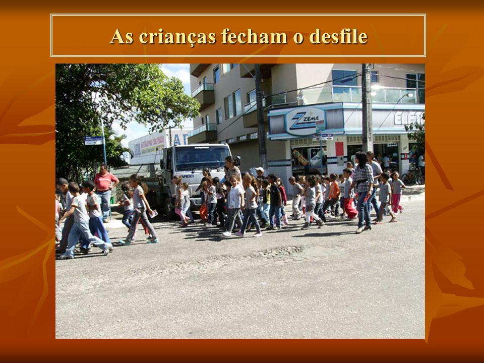 As crianças fecham o desfile