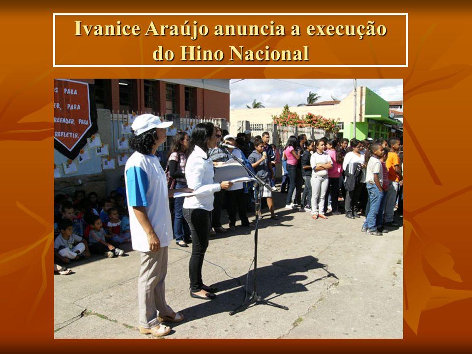 Ivanice Araújo anuncia a execução do Hino Nacional