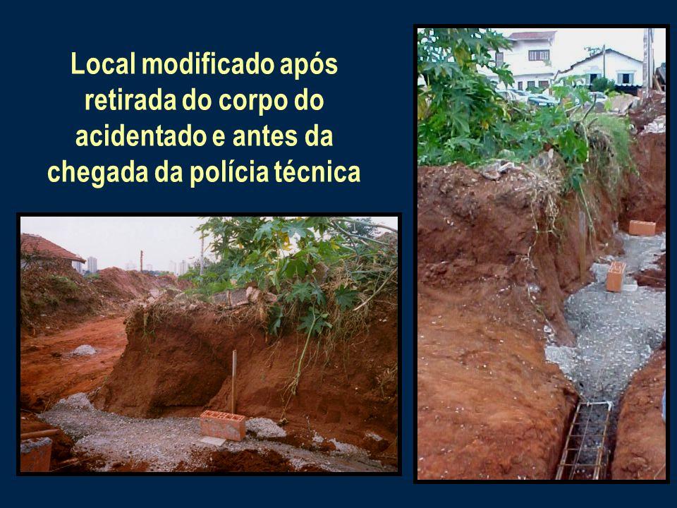 Parte do muro não demolidoLocalização da parte do muro que caiu e esmagou o tórax do trabalhador Muro demolido com retro- escavadeira para dar acesso ao terreno
