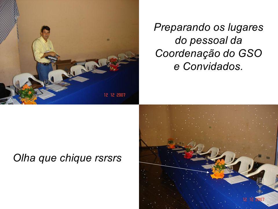 Preparando os lugares do pessoal da Coordenação do GSO e Convidados. Olha que chique rsrsrs
