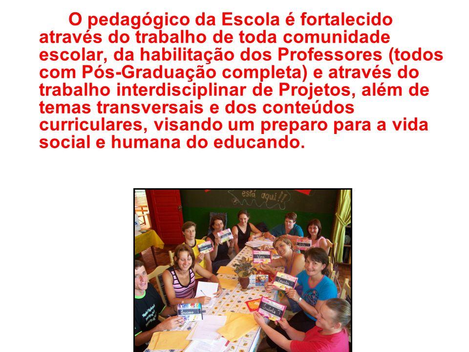 O pedagógico da Escola é fortalecido através do trabalho de toda comunidade escolar, da habilitação dos Professores (todos com Pós-Graduação completa)