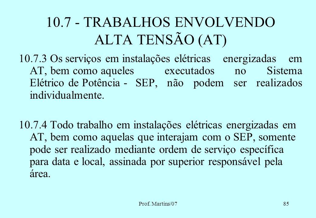 Prof. Martins/0784 10.7 - TRABALHOS ENVOLVENDO ALTA TENSÃO (AT) 10.7.1 Os trabalhadores que intervenham em instalações elétricas energizadas com alta
