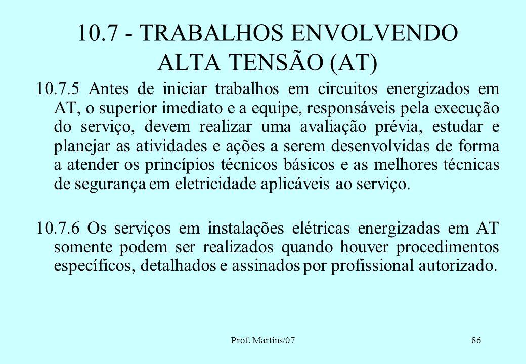 Prof. Martins/0785 10.7 - TRABALHOS ENVOLVENDO ALTA TENSÃO (AT) 10.7.3 Os serviços em instalações elétricas energizadas em AT, bem como aqueles execut