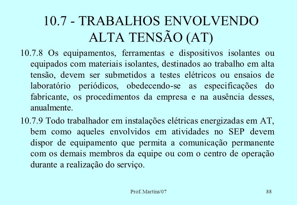 Prof. Martins/0787 10.7.7 A intervenção em instalações elétricas energizadas em AT dentro dos limites estabelecidos como zona de risco, conforme Anexo