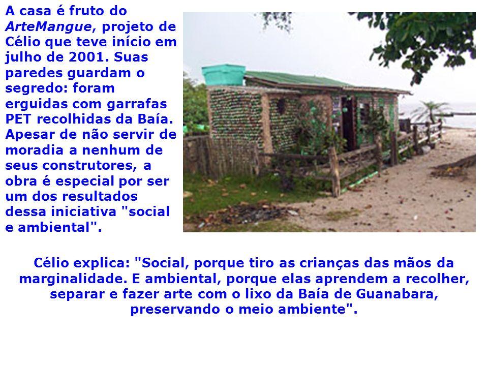 A casa é fruto do ArteMangue, projeto de Célio que teve início em julho de 2001. Suas paredes guardam o segredo: foram erguidas com garrafas PET recol