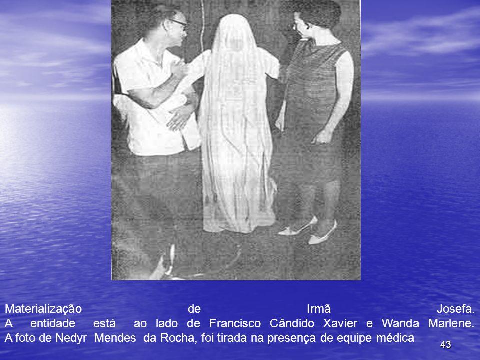 43 Materialização de Irmã Josefa. A entidade está ao lado de Francisco Cândido Xavier e Wanda Marlene. A foto de Nedyr Mendes da Rocha, foi tirada na