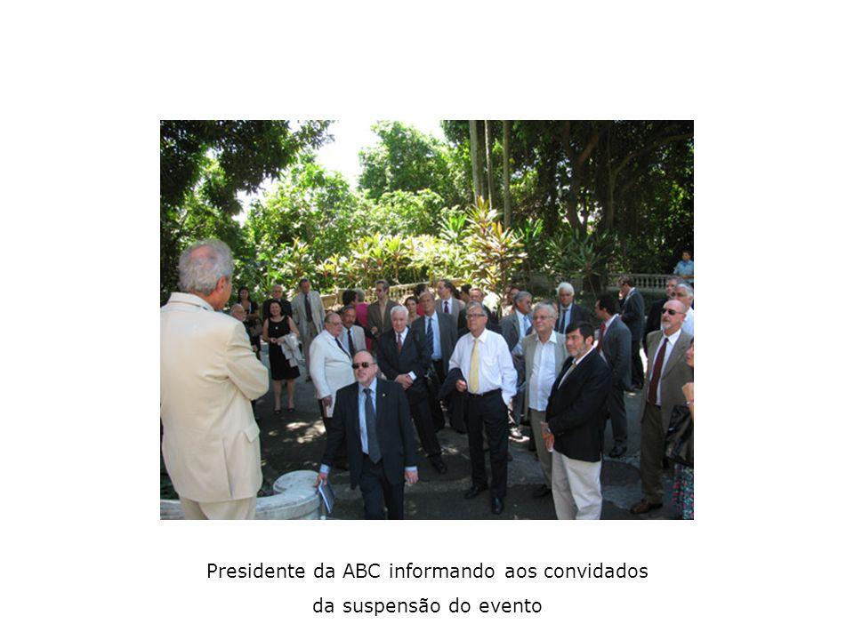 Presidente da ABC informando aos convidados da suspensão do evento