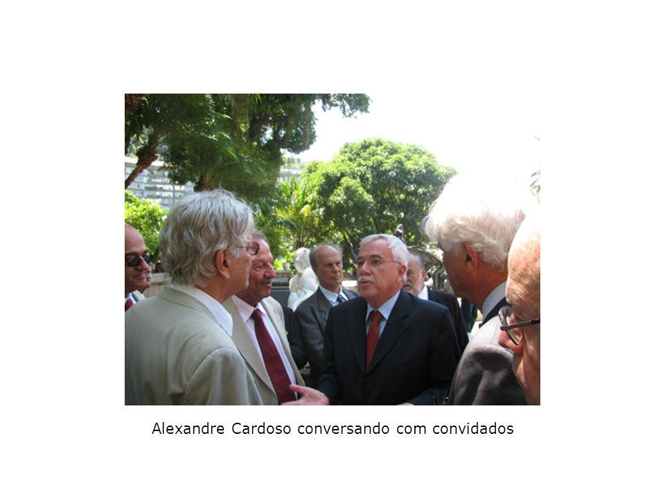 Alexandre Cardoso conversando com convidados