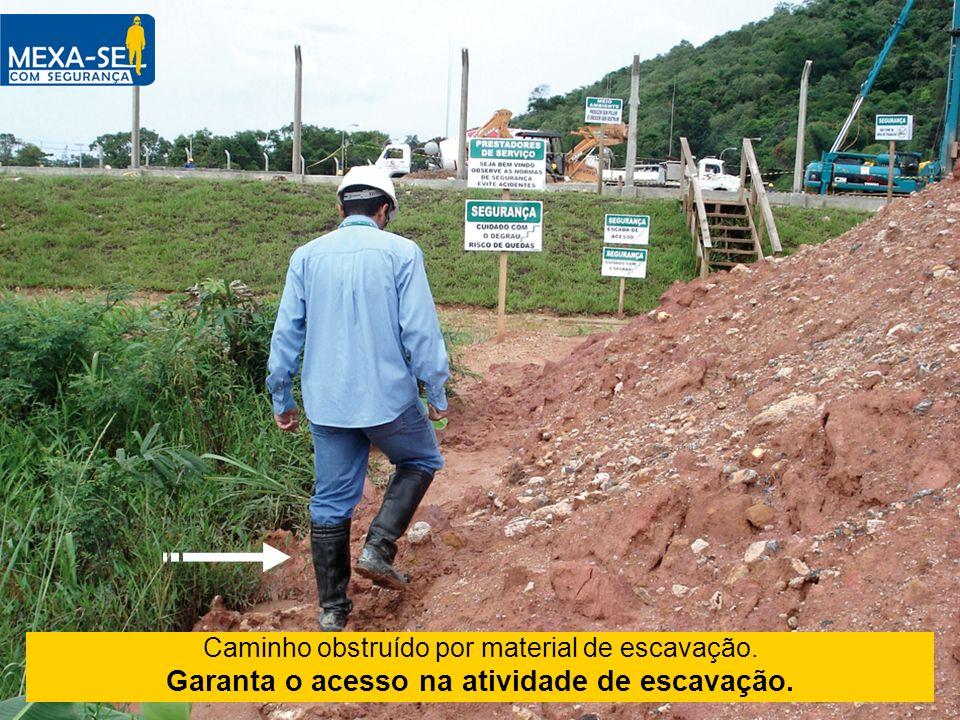 Caminho obstruído por material de escavação. Garanta o acesso na atividade de escavação.