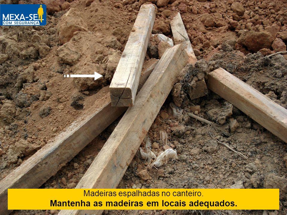 Madeiras espalhadas no canteiro. Mantenha as madeiras em locais adequados.