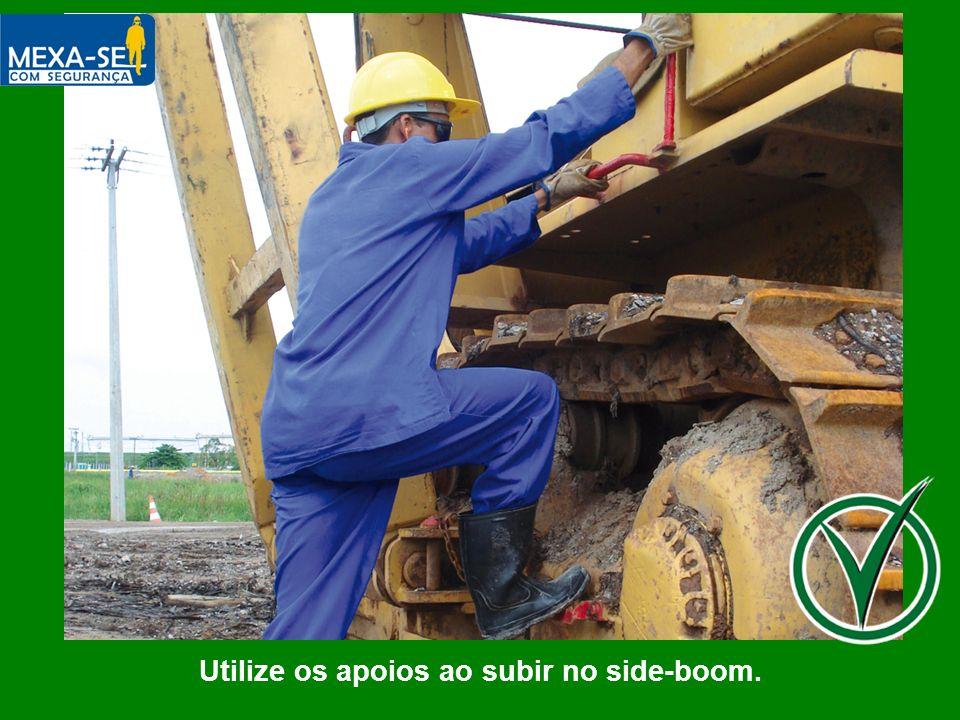 Utilize os apoios ao subir no side-boom.