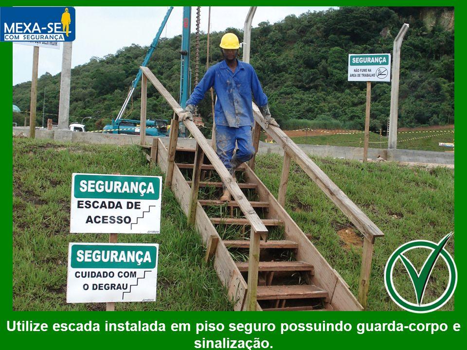 Utilize escada instalada em piso seguro possuindo guarda-corpo e sinalização.