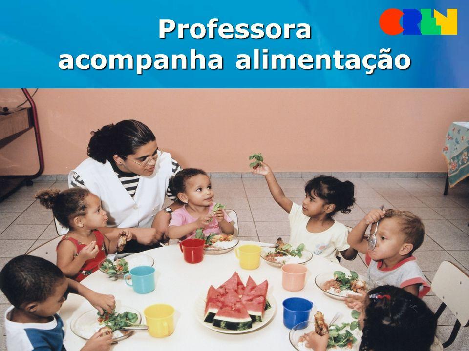 Professora acompanha alimentação