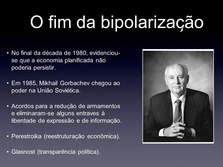 O fim da bipolarizac ̧ ão No final da década de 1980, evidenciou- se que a economia planificada não poderia persistir. Em 1985, Mikhail Gorbachev c